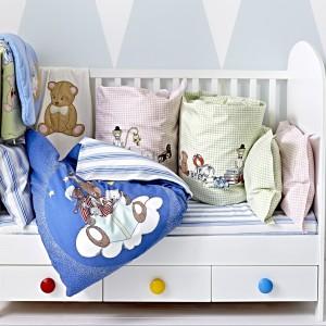 W łóżeczku Gonatt znajdziemy praktyczną szufladę ozdobioną kolorowymi gałeczkami. Fot. IKEA