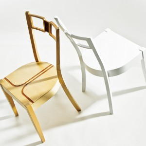Krzesło charakteryzuje się oryginalnym oparciem oraz