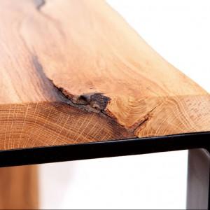 Naturalne rysy drewna w blacie stołu. Fot. Onetree