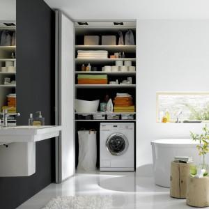 Białe drzwi uchylno-składane to rozwiązanie idealne do małych łazienek. Fot. Raumplus