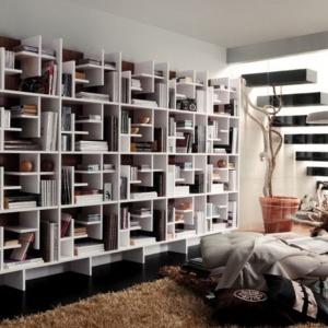 Regał z kolekcji Moderno zaskakuje formą. Można w nim układać książki na różne sposoby. Fot. Muebles Lara