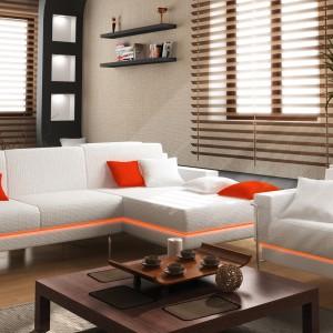 Biała sofa ze światłem LED w kolorze czerwonym. Fot. HLT