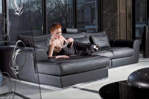 Czarna, skórzana sofa – królowa na salonach jest tylko jedna