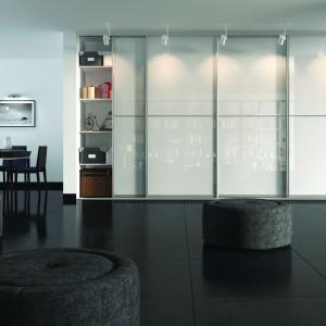 System firmy Indeco - z białym szkłem jako wypełnienie oraz specjalnie dobranym oświetleniem. Fot. Indeco