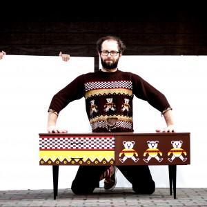 Meble inspirowane swetrami chłopaków z kabaretu Łowcy B. Fot. Wyrobki