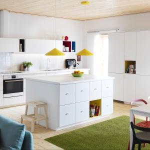 Szafki i półki w kuchennej wyspie. Fot. IKEA
