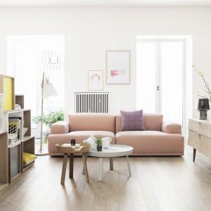 Salon, w którym zestawiono naturalne drewno z pastelowymi kolorami. Meble firmy Muuto. Fot. Muuto.
