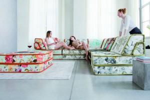 Sofa w salonie. Jak wybrać odpowiednią tkaninę?