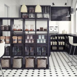 Regał Kallax można wykorzystać do oddzielenia strefy dziennej od kuchni. Fot. IKEA
