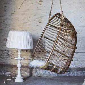 Wiszący fotel Renoir wykonany z rattanu. Fot. Sika