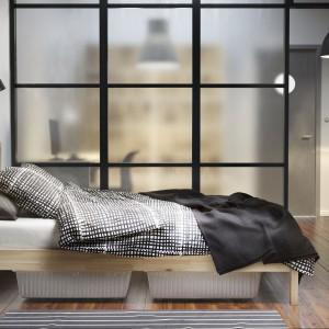 Pod łóżkiem Tarva (IKEA) wykonanym z litego drewna z powodzeniem zmieszczą się funkcjonalne pojemniki plastikowe. Fot. IKEA