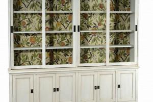 """1904"" - meble do salonu i jadalni ozdobione tapetą"