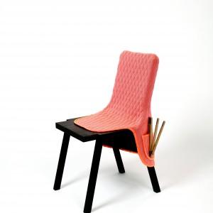 Krzesło z kieszeniami? Czemu nie. To propozycja dla tych, którzy nie wiedzą co zrobić z rękami podczas siedzenia. Fot. Bernotat&Co