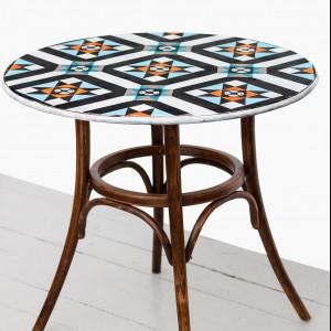 Stoliczek kawowy z kolorową mozaiką. Fot. Dwie Baby
