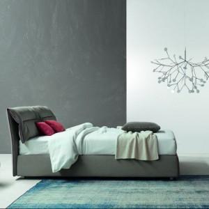 Model łóżka Campo Hollywood ma zaginany zagłówek, który można rozwinąć. Fot. Bonaldo
