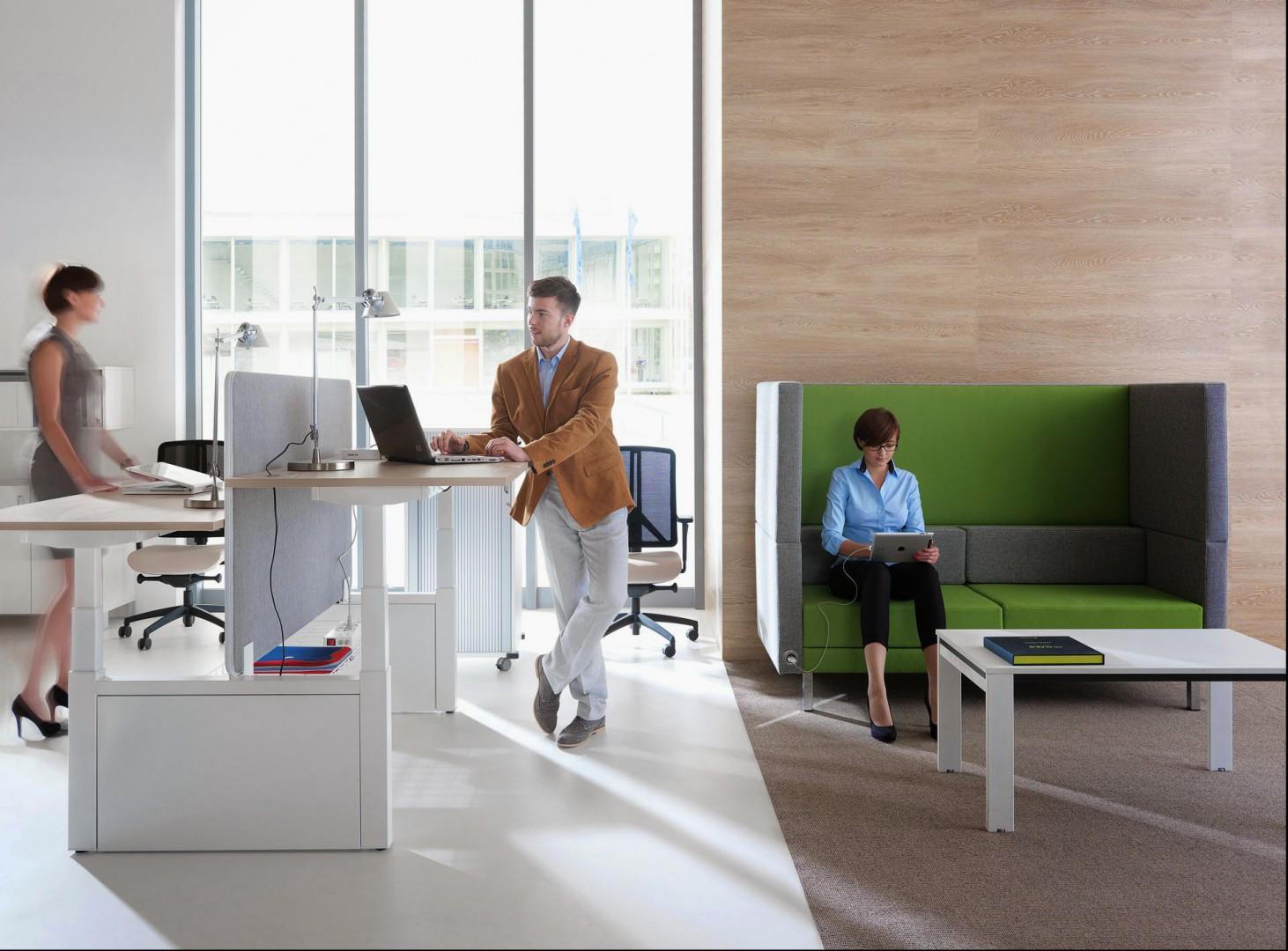 System mebli biurowych Balance projektu Mikomax Team. Dzięki wysokiemu oparciu i zabudowanym brzegom możliwe jest pracowanie nawet, jeśli w pobliżu jest dużo hałasu. Fot. Mikomax Smart Office