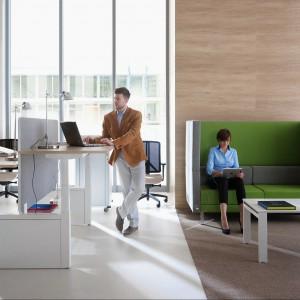 System mebli biurowych Balance projektu Mikomax Team. Dzięki wysokiemu oparciu i zabudowanym brzegom możliwe jest pracowanie nawet, jeśli w pobliżu jest dużo hałasu. Fot: Mikomax Smart Office