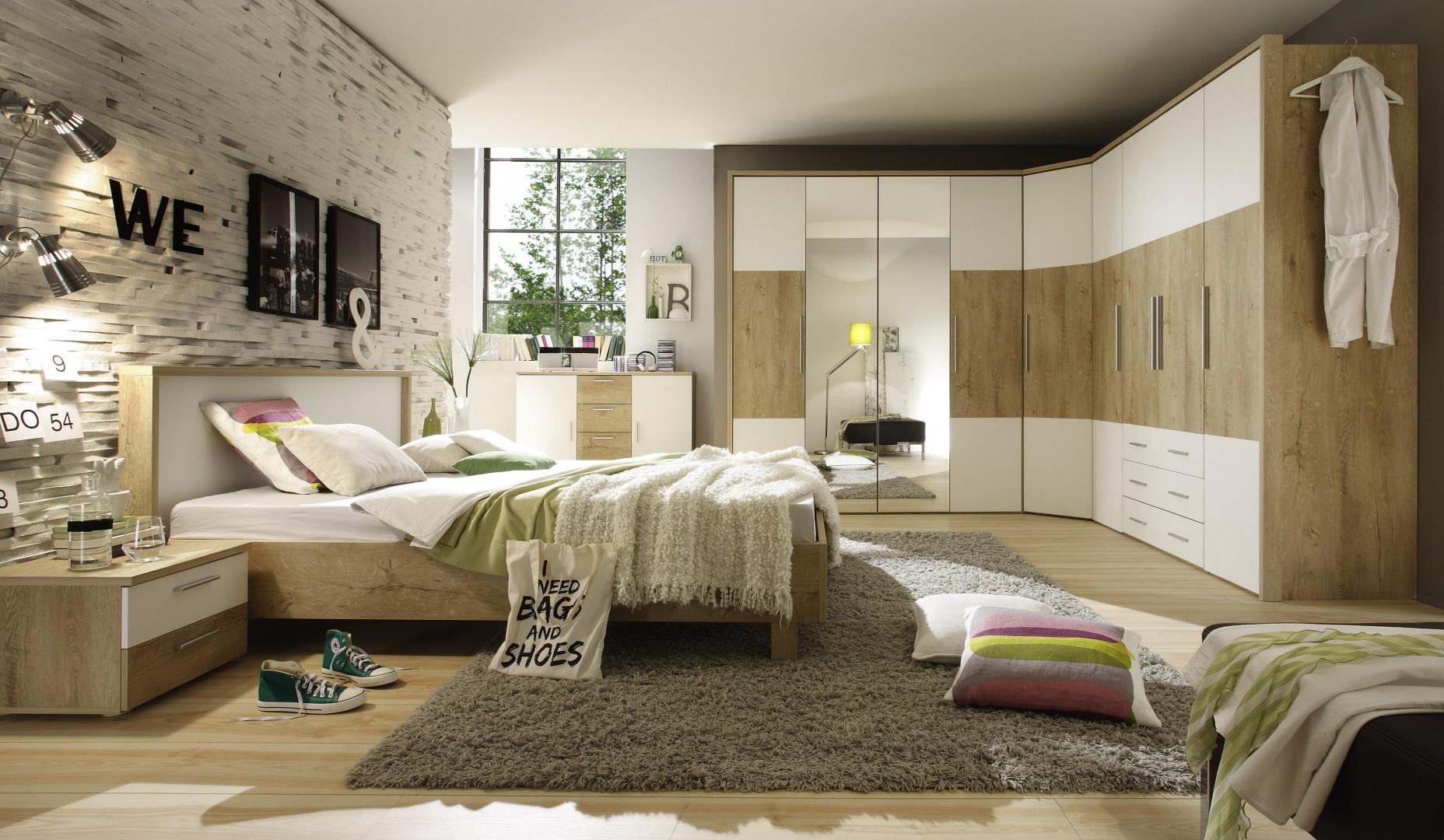 """Dużym zainteresowaniem w sypialniach cieszą się m.in. szafy, które można ciekawie zestawiać, tworząc np. kombinacje narożne. Na zdjęciu – sypialnia """"Helios"""" firmy Helvetia Wieruszów. Fot. Helvetia Wieruszów"""