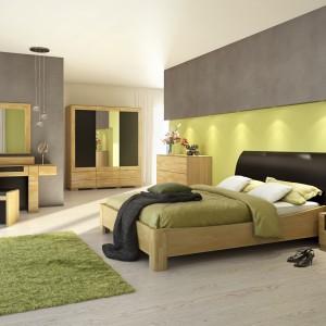 """Sypialnia """"Rossano"""" firmy Mebin charakteryzuje się prostymi, geometrycznymi liniami oraz jasnym wybarwieniem w kolorze naturalnego drewna. Fot. Mebin"""