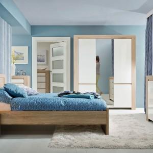 """Sypialnia """"Danton"""" firmy BRW to minimalistyczna forma oraz ciekawe zestawienie kolorów i faktur. Zestawienie okleiny imitującej usłojenie drewna z gładkim, połyskującym frontem w kolorze bieli jest wyrazem najnowszych trendów wnętrzarskich. Fot. Black Red White"""