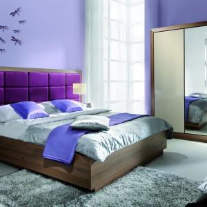 Sypialnia Juliet firmy Wajnert charakteryzuje się ogromnym tapicerowanym wezgłowiem. Fot. Wajnert