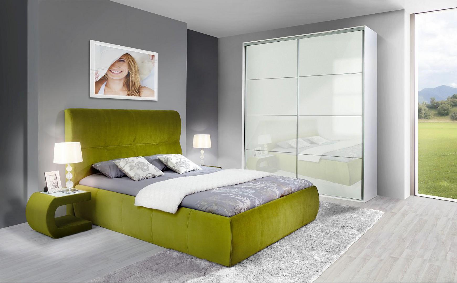 """""""Dalia"""" to zestaw do sypialni firmy Wajnert. Sypialnia - łóżko oraz szafka nocna są w całości tapicerowane, zgodnie z modą. Fot. Wajnert."""
