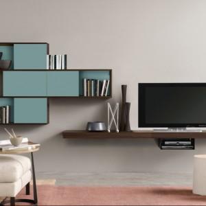 Geometryczna szafka ścienna wraz z półką na telewizor tworzą ciekawą kompozycję. Fot. Colombini Casa