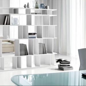 Dla młodzieży lubiącej minimalizm - ażurowy regał na książki. Fot. Cattelan Italia