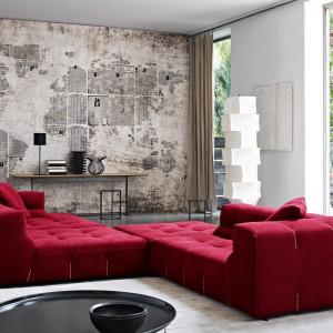 Czerwona sofa z wyjątkowo szerokim siedziskiem. Fot. B&B Italia