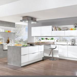 Biała wysoka zabudowa w połysku plus kuchenna wyspa - prawdziwy raj wizualny dla naszych gości. Nobilia