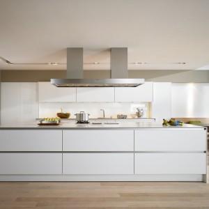 Elegancka biel czyni z tej kuchni prawdziwe
