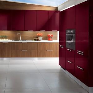 Mocny kolor doskonale wygląda na tle klasycznego wybarwienia frontów niskich szafek. Fot. Scavolini