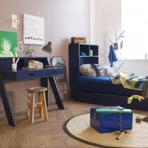 Granatowy kolor mebli jest idealny do pokoju chłopca. Fot. Seart