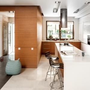Biel i drewno to doskonałe połączenie. Wysoka zabudowa kuchenna w bieli będzie wspaniałym tłem dla drewnianych szafek kuchennych. Fot. Zajc Kuchnie