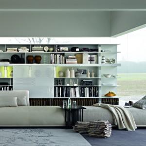 Z jednej strony zwykła sofka, z drugiej - komfortowy szezlong. Fot. Molteni
