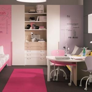 Spokojny, choć... różowy pokój dla dziewczynki w wieku szkolnym. Fot. Dielle
