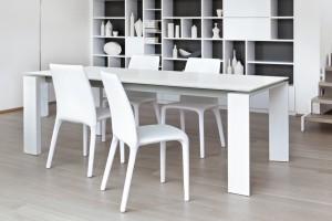 Biały stół w jadalni - uniwersalny i pełen elegancji