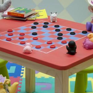 Stolik dziecięcy pomalowany farbą tablicową to świetne miejsce do kreatywnej zabawy. Fot. Benjamin Moore