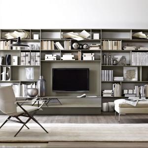 Półki na książki i miejsce na telewizor. Fot. B&B Italia