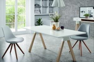 Kuchenny stół. Modne połączenia drewna i bieli