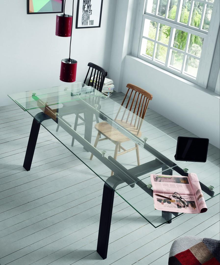 Stół o szklanym blacie dobrze prezentuje się w nowoczesnych wnętrzach. Producent: La Forma. Fot. Le Pukka concept store