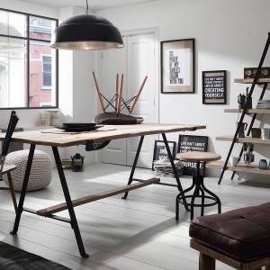 Stół o industrialnej stylistyce. Producent: La Forma. Oferta: Le Pukka concept store. Fot. Archiwum.