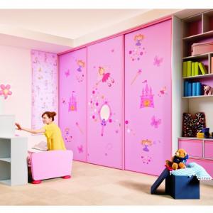 Szafy z drzwiami przesuwnymi świetnie nadają się do aranżacji dziecięcego pokoju. Fot. Sevroll-System