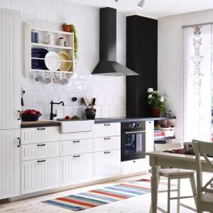 Połączenie bieli i czerni to ostatnio najmodniejszy trend. Dotyczy to także białych mebli kuchennych w połączeniu z czarnymi uchwytami. Fot. IKEA