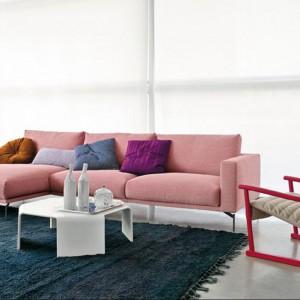 Sofa Hollywood zachwyca różowym kolorem. Nadaje się idealnie do aranżacji kobiecego salonu. Ponadto boczna leżanka ma na tyle wygodną szerokość, że może posłużyć jako miejsce na drzemki. Fot. Artflex