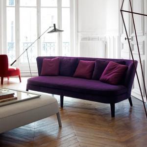 Soczysty, śliwkowy fiolet i klasyczna forma sprawiają, że sofa jest wyjątkowo stylowa. Fot. Maxalto