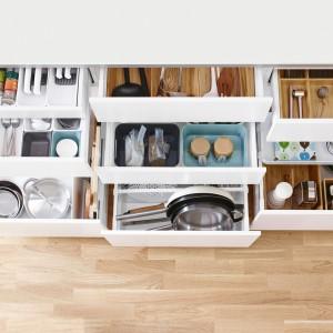 Duża ilość przegródek, separatorów i pojemników pozwoli zapewnić porządek w szufladach oraz czystość. Fot. IKEA