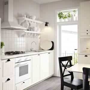 Modnym kolorem wśród kuchni urządzanych na styl skandynawski jest biel. Kuchnie te są nieco chłodne, ale można je w łatwy sposób ożywić dodatkami. Fot. IKEA