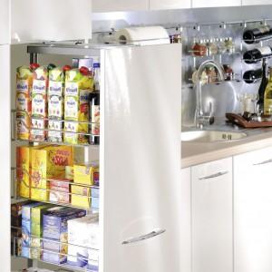 Kosz cargo maxi jest dobrym miejscem do przechowywania żywności. Nie trzeba otwierać wielu szafek, żeby wyjąć to, co jest nam potrzebne, ponieważ po otwarciu tej szafki wszystko mamy w jednym miejscu. Fot. Nomet