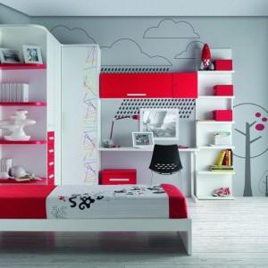 Fronty białej szafy zdobią oryginalne, kolorowe linie. które wyglądają jak namalowane przez dziecko. Fot. Muebles Lara